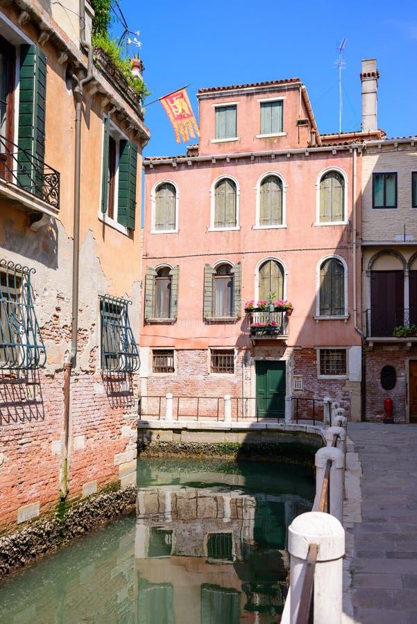 ΒΕΝΕΤΙΑ, ΙΤΑΛΙΑ - ΤΟ ΜΆΙΟ ΤΟΥ 2017: Άποψη του καναλιού οδών στη Βενετία, Ιταλία Ζωηρόχρωμες προσόψεις των παλαιών σπιτιών της Βεν στοκ φωτογραφίες με δικαίωμα ελεύθερης χρήσης
