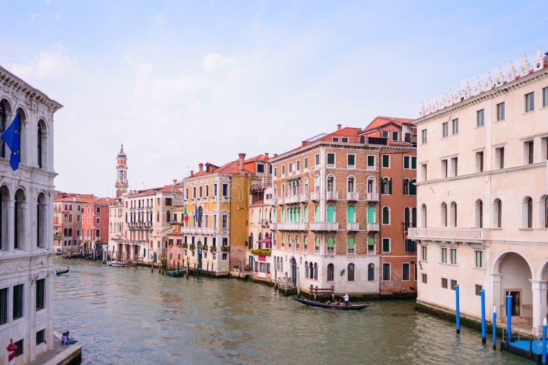 ΒΕΝΕΤΙΑ, ΙΤΑΛΙΑ - ΤΟ ΜΆΙΟ ΤΟΥ 2017: Άποψη στο κανάλι Grande από τη γέφυρα Rialto, Βενετία, Ιταλία στοκ φωτογραφία με δικαίωμα ελεύθερης χρήσης