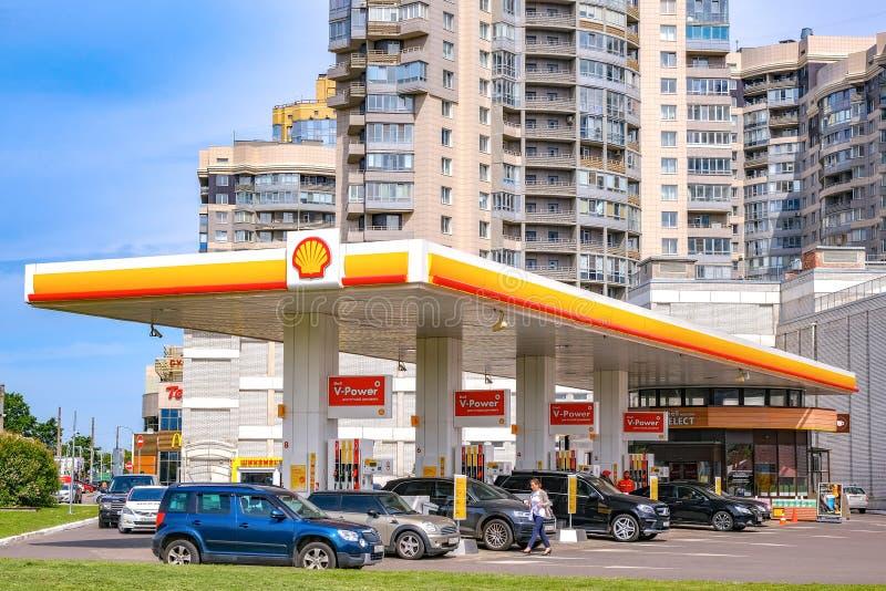 Βενζινάδικο της Shell στο υπόβαθρο ενός σύγχρονου multi-storey κτηρίου με μια πρόσοψη γυαλιού r r 06 13 2019 στοκ φωτογραφία