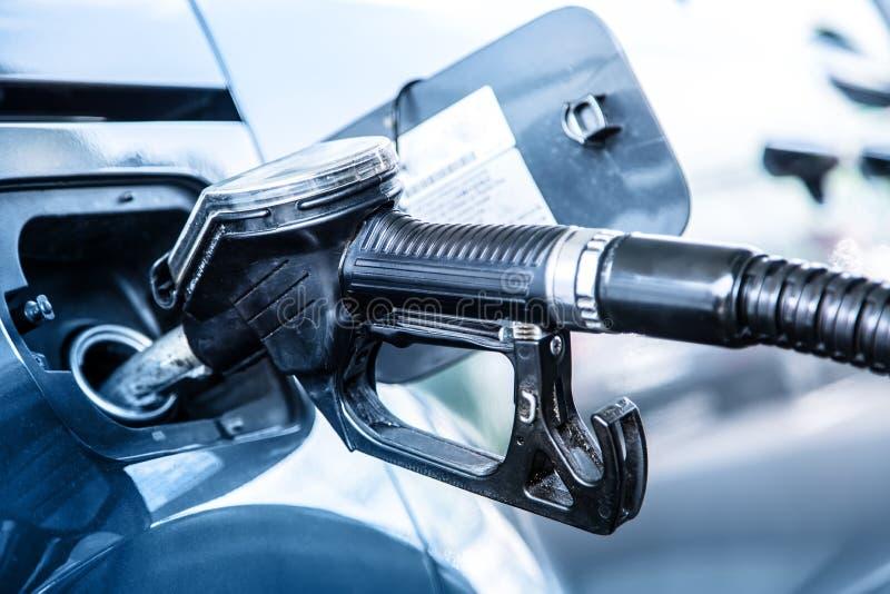βενζινάδικο τροφών αυτοκινήτων σας Άντληση του diesel ή της βενζίνης καυσίμων στο βενζινάδικο στοκ εικόνες με δικαίωμα ελεύθερης χρήσης