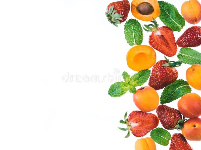 Βερίκοκο, φράουλες και μέντα - υπόβαθρο τροφίμων στοκ φωτογραφία με δικαίωμα ελεύθερης χρήσης