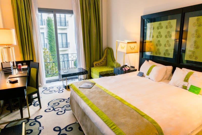 Βεραμάν, σύγχρονη κρεβατοκάμαρα με το κρεβάτι μεγέθους βασιλιάδων στοκ εικόνες