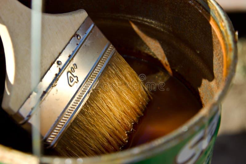 Βερνίκι & x28 stain& x29  για να καλύψει το ξύλο και τη βούρτσα στοκ εικόνες