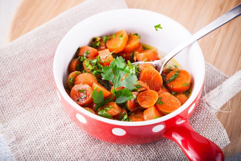 Βερνικωμένα καρότα σε ένα τηγάνι στοκ εικόνες