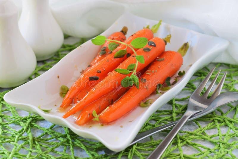 Βερνικωμένα μέλι καρότα σε ένα άσπρο πιάτο κατανάλωση έννοιας υγιής στοκ εικόνες με δικαίωμα ελεύθερης χρήσης