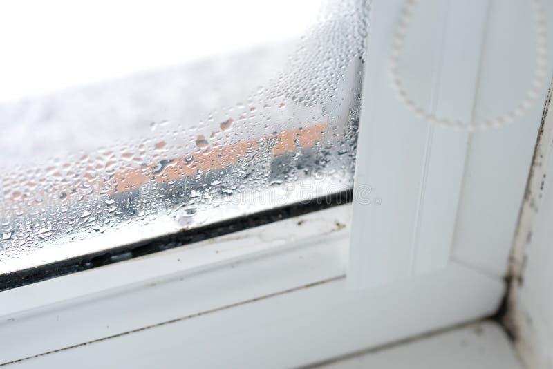 Βερνικωμένη διπλάσιο συμπύκνωση παραθύρων PVC στο γυαλί στοκ φωτογραφίες