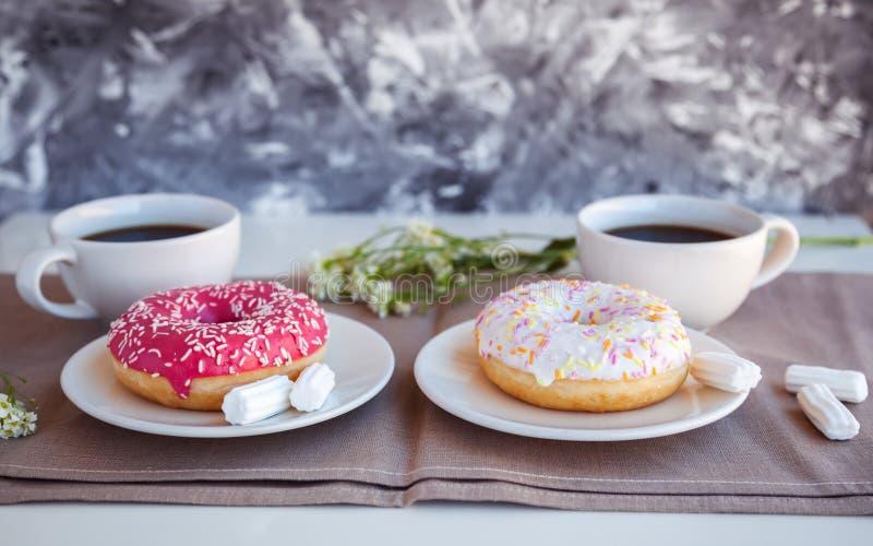 Βερνικωμένος donuts με το μαύρο καφέ στοκ εικόνα