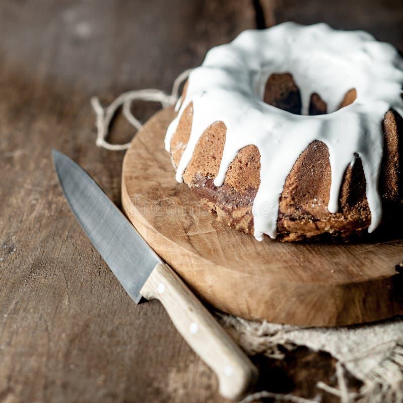 Βερνικωμένο μαρμάρινο κέικ σε ένα αγροτικό υπόβαθρο στοκ φωτογραφίες με δικαίωμα ελεύθερης χρήσης