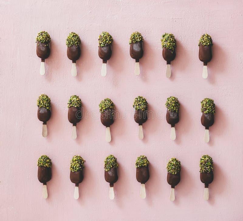 Βερνικωμένο σοκολάτα popsicle παγωτό με την τήξη φυστικιών, τοπ άποψη στοκ φωτογραφία με δικαίωμα ελεύθερης χρήσης