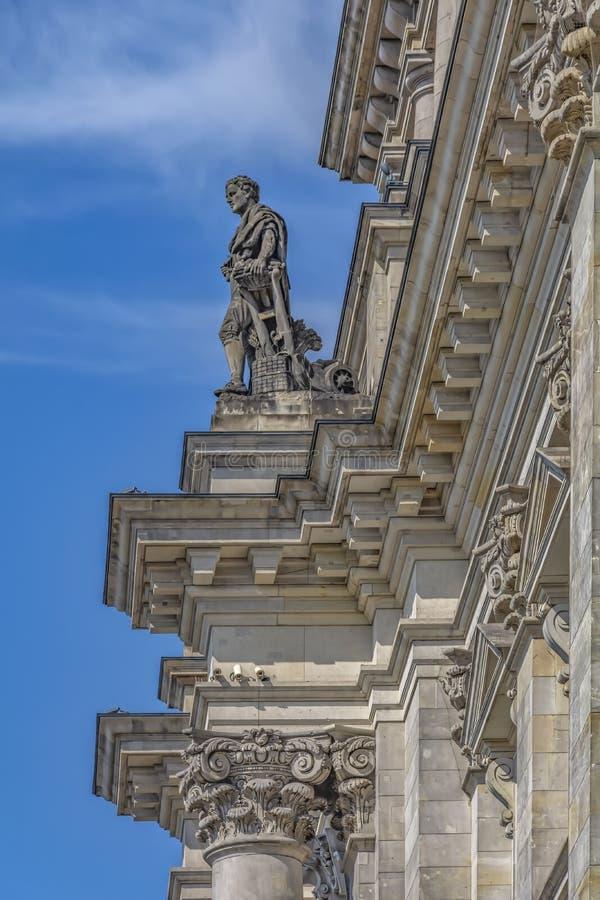 Βερολίνο, Γερμανία, κινηματογράφηση σε πρώτο πλάνο του 8-8-2015 ενός κομματιού του τοίχου με τα αγάλματα του διάσημου Κοινοβουλίο στοκ εικόνες