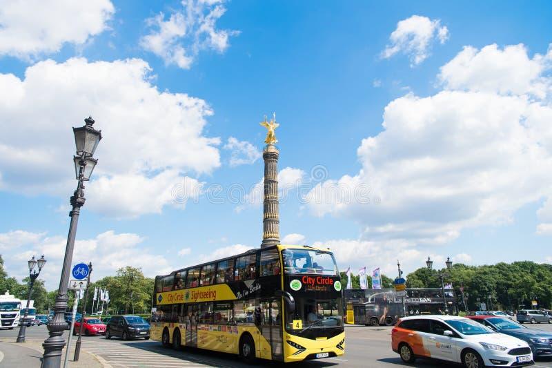 Βερολίνο, Γερμανία - 31 Μαΐου 2017: λεωφορείο επίσκεψης κύκλων πόλεων στο δρόμο οδών με τη στήλη νίκης του Βερολίνου στο υπόβαθρο στοκ φωτογραφία με δικαίωμα ελεύθερης χρήσης