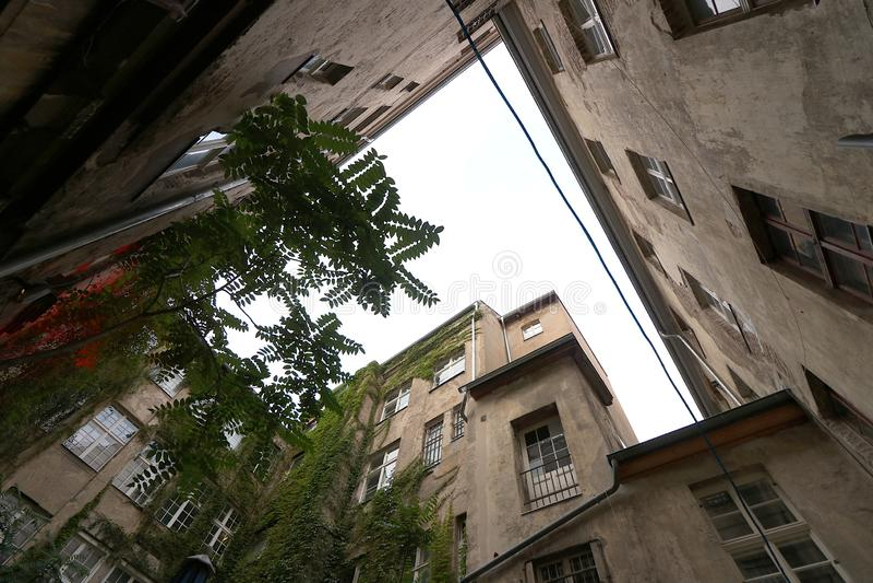 Βερολίνο, Γερμανία, στις 13 Ιουνίου 2018 Παλαιά κατοικημένα κτήρια σε ένα προαύλιο στο Ανατολικό Βερολίνο στοκ εικόνα