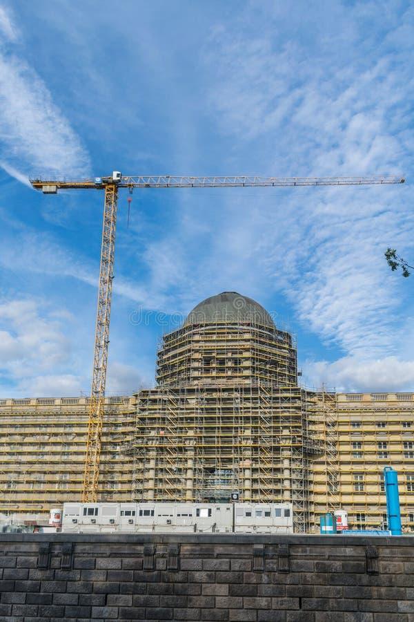 ΒΕΡΟΛΙΝΟ, ΓΕΡΜΑΝΙΑ - 28 Ιουλίου 2018: Γερανός πύργων που λειτουργούν στην αναδημιουργία του από το Βερολίνο Stadtschloss, και αντ στοκ εικόνες με δικαίωμα ελεύθερης χρήσης