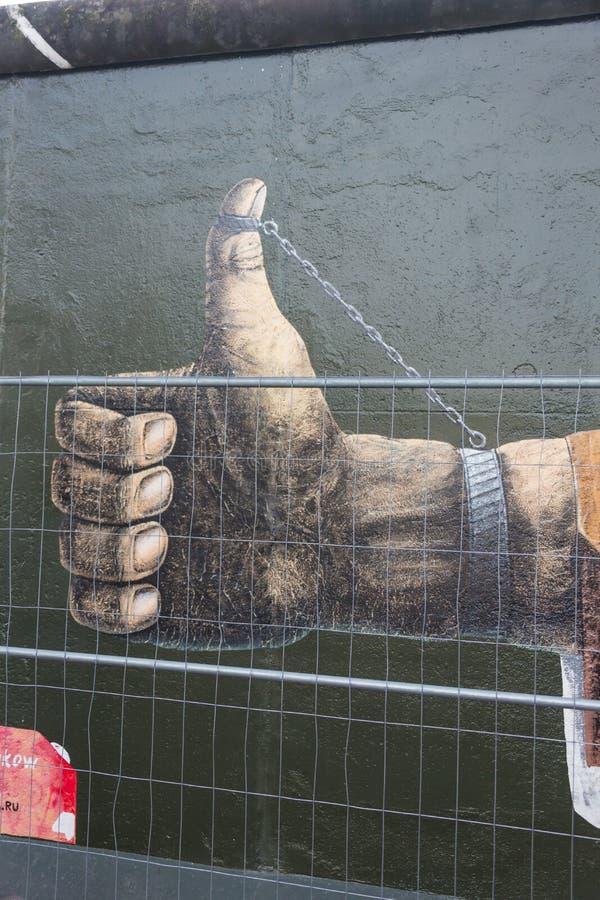 ΒΕΡΟΛΙΝΟ, ΓΕΡΜΑΝΙΑ - 15 ΣΕΠΤΕΜΒΡΊΟΥ: Γκράφιτι τειχών του Βερολίνου που βλέπουν στις 15 Σεπτεμβρίου 2014, Βερολίνο, στοά ανατολικώ στοκ φωτογραφίες με δικαίωμα ελεύθερης χρήσης