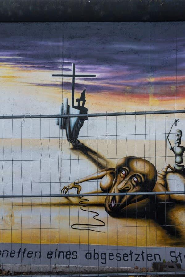ΒΕΡΟΛΙΝΟ, ΓΕΡΜΑΝΙΑ - 15 ΣΕΠΤΕΜΒΡΊΟΥ: Γκράφιτι τειχών του Βερολίνου που βλέπουν στις 15 Σεπτεμβρίου 2014, Βερολίνο, στοά ανατολικώ στοκ εικόνες