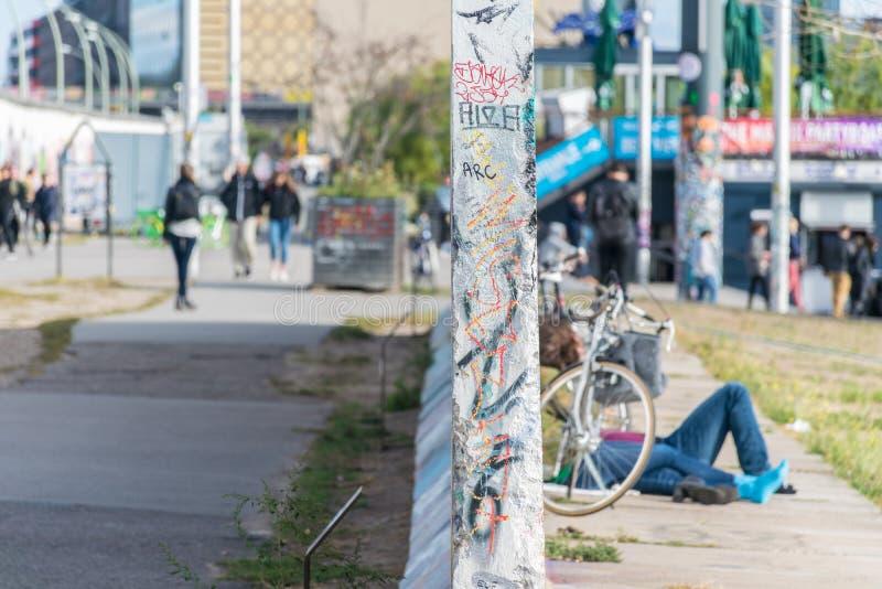 ΒΕΡΟΛΙΝΟ, ΓΕΡΜΑΝΙΑ - 26 Σεπτεμβρίου 2018: Οξυδερκής προοπτική ενός τμήματος τοίχων κοντά στις όχθεις του ποταμού ξεφαντωμάτων και στοκ φωτογραφία με δικαίωμα ελεύθερης χρήσης