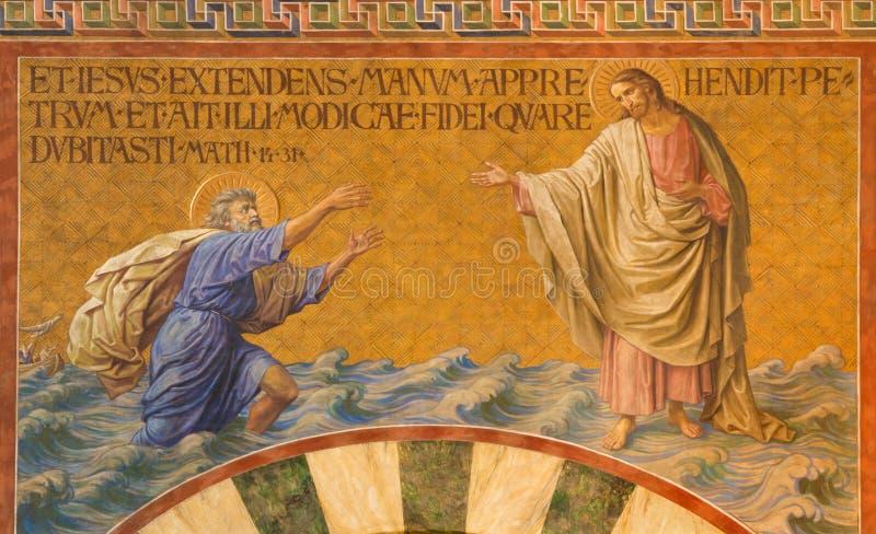 ΒΕΡΟΛΙΝΟ, ΓΕΡΜΑΝΙΑ, ΦΕΒΡΟΥΑΡΙΟΣ - 14, 2017: Η νωπογραφία του Peter, που περπατά στο νερό προς τον Ιησού στην εκκλησία Herz Ιησούς στοκ φωτογραφίες με δικαίωμα ελεύθερης χρήσης