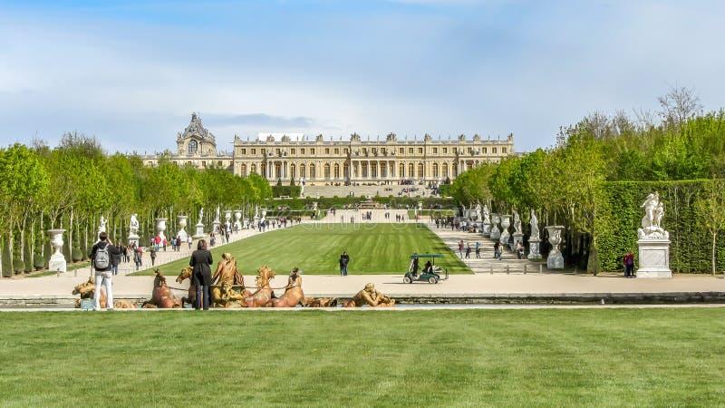 Βερσαλλίες, Γαλλία - τον Απρίλιο του 2012: Οι μεγαλοπρεπείς κήποι του χρόνου παλατιών των Βερσαλλιών την άνοιξη, κοντά στο Παρίσι στοκ εικόνες