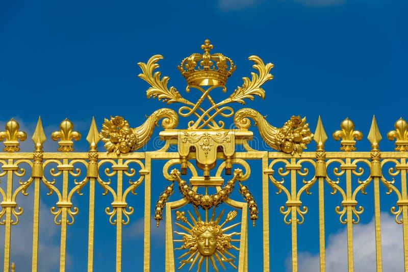 Βερσαλλίες, Γαλλία - 19 Μαΐου 2016: Χρυσή είσοδος πυλών Versa στοκ εικόνα με δικαίωμα ελεύθερης χρήσης