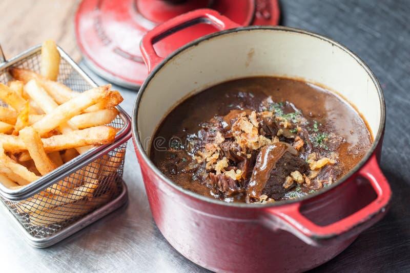 Βελγικό stew βόειου κρέατος με τις τηγανιτές πατάτες στοκ εικόνες