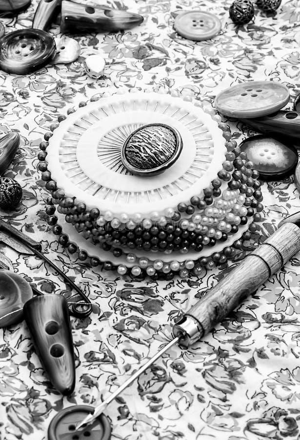 βελόνων περασμένα κλωστή νήμα εργαλεία σύστασης στροφίων ψαλιδιού ράβοντας ελεύθερη απεικόνιση δικαιώματος
