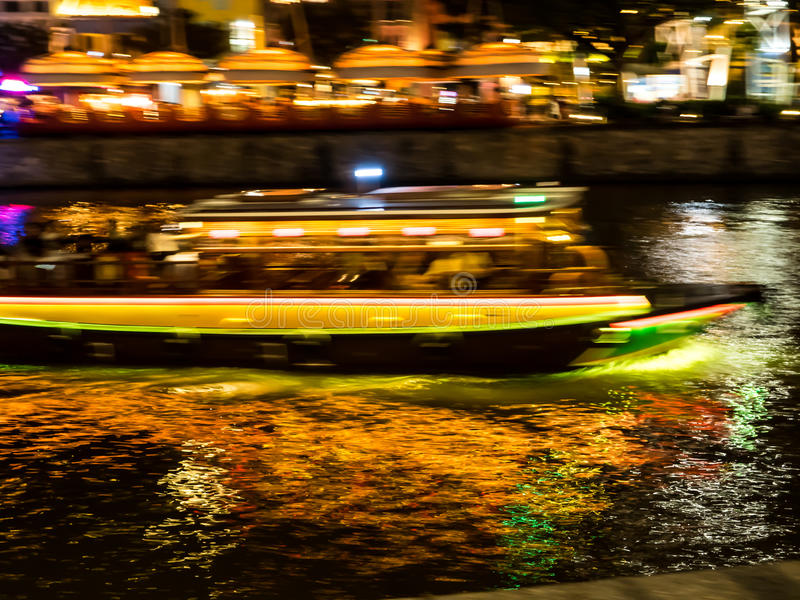 Βιασύνη βαρκών στα κανάλια νύχτας στοκ εικόνες