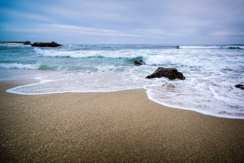 Βιασύνη κυμάτων επάνω στην αμμώδη παραλία στο Σαν Ντιέγκο στοκ φωτογραφία με δικαίωμα ελεύθερης χρήσης