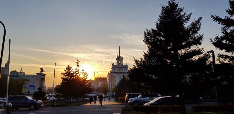 Βιασύνη της πόλης ενάντια στον ουρανό ηλιοβασιλέματος στοκ εικόνες