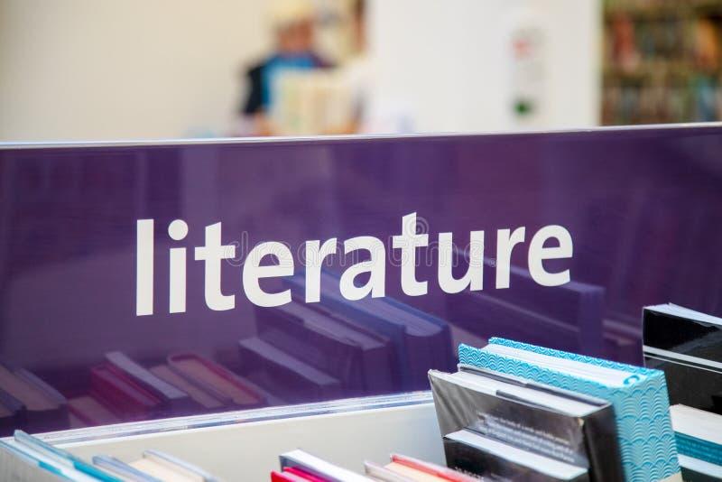 Βιβλία βιβλιοθήκης και σημάδι λογοτεχνίας στοκ φωτογραφία με δικαίωμα ελεύθερης χρήσης