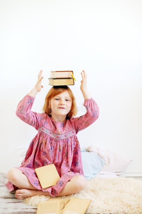 Βιβλία εκμετάλλευσης κοριτσιών στο κεφάλι της στοκ εικόνες με δικαίωμα ελεύθερης χρήσης