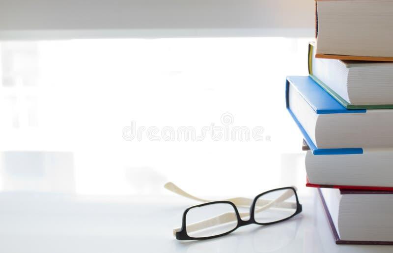 Βιβλία και γυαλιά στον άσπρο πίνακα στοκ φωτογραφία με δικαίωμα ελεύθερης χρήσης