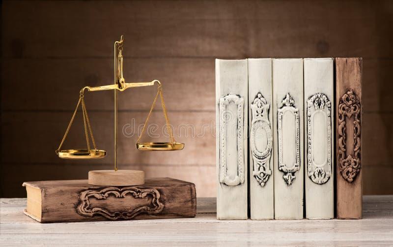 Βιβλία και κλίμακες της δικαιοσύνης στοκ φωτογραφία με δικαίωμα ελεύθερης χρήσης