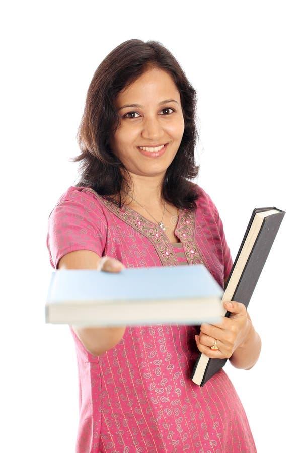 Βιβλία κειμένων εκμετάλλευσης γυναικών σπουδαστών στοκ φωτογραφίες