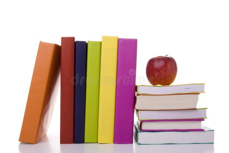 βιβλία μήλων πέρα από τη στοίβ στοκ εικόνες