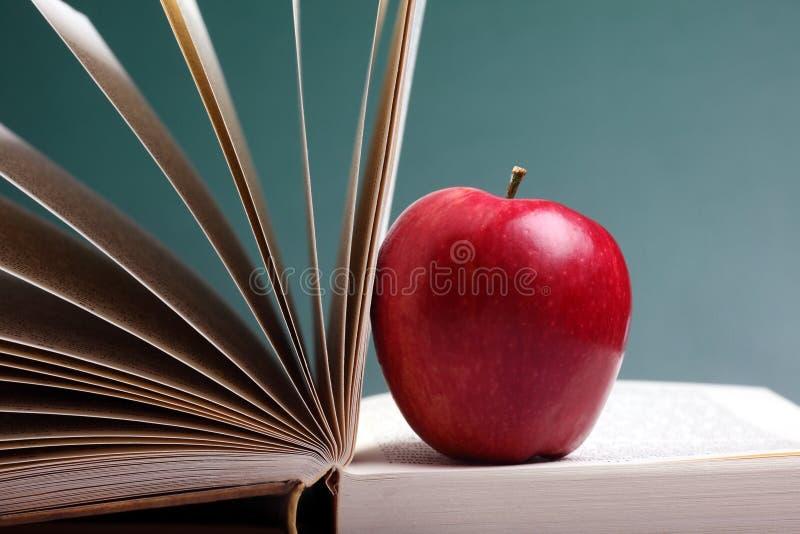 βιβλία μήλων στοκ φωτογραφίες με δικαίωμα ελεύθερης χρήσης
