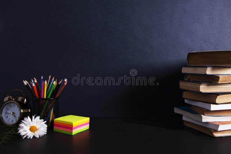 Βιβλία με ένα ξυπνητήρι στον υπολογιστή γραφείου στοκ φωτογραφίες με δικαίωμα ελεύθερης χρήσης