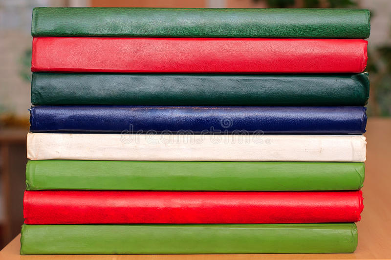 Βιβλία που στέκονται σε μια σειρά στον πίνακα Εγχειρίδια για τα εκπαιδευτικά ιδρύματα Πολύχρωμες καλύψεις βιβλίων Η σύσταση βιβλί στοκ εικόνες με δικαίωμα ελεύθερης χρήσης