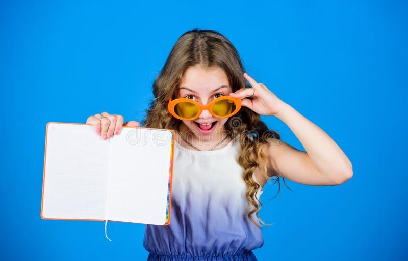 Βιβλίο ανάγνωσης Θερινή μόδα το μικρό κορίτσι ομορφιάς γράφει τις μνήμες της σημειώσεις ημερολογίων παραγωγή των σχεδίων για τις  στοκ φωτογραφία με δικαίωμα ελεύθερης χρήσης