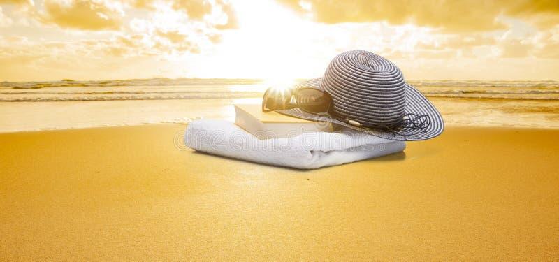 Βιβλίο και γυαλιά ηλίου και καλύβα στην παραλία στοκ εικόνες