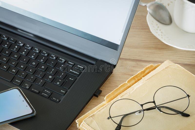 Βιβλίο με παλιά γυαλιά και φορητό υπολογιστή Έννοια, Συνδυασμός σύγχρονων τεχνολογιών και παραδοσιακών μεθόδων στοκ φωτογραφία