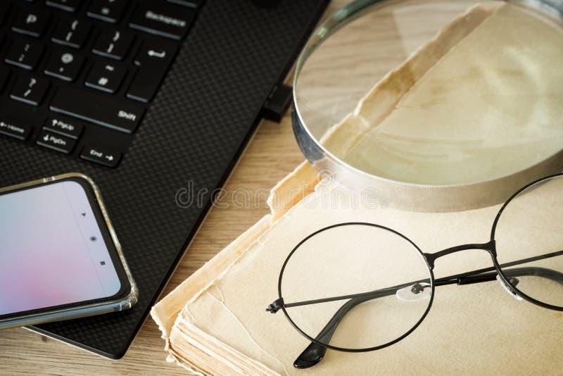 Βιβλίο με παλιά γυαλιά και φορητό υπολογιστή Έννοια, Συνδυασμός σύγχρονων τεχνολογιών και παραδοσιακών μεθόδων στοκ εικόνες