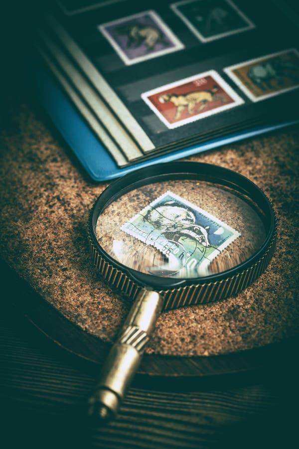 Βιβλίο με τα γραμματόσημα και μια ενίσχυση - γυαλί στοκ φωτογραφία με δικαίωμα ελεύθερης χρήσης