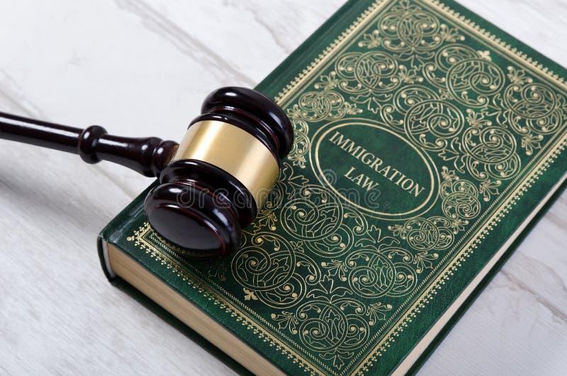 Βιβλίο νόμου μετανάστευσης με gavel δικαστών στοκ φωτογραφίες με δικαίωμα ελεύθερης χρήσης