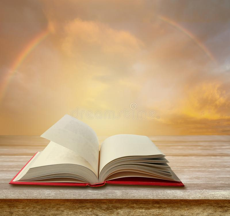 Βιβλίο στον πίνακα στοκ εικόνες με δικαίωμα ελεύθερης χρήσης