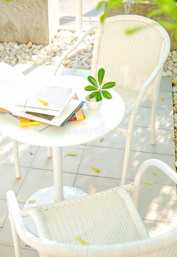 Βιβλίο στον πίνακα στον κήπο στοκ φωτογραφίες