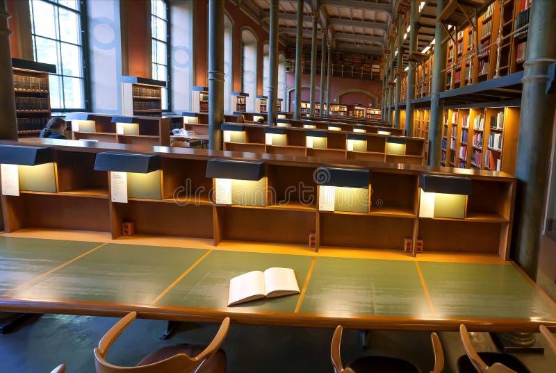 Βιβλίο στον πίνακα μέσα στην εθνική βιβλιοθήκη της Σουηδίας με το ιστορικό εσωτερικό στοκ εικόνες