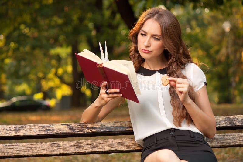 Βιβλίο στο πάρκο στοκ φωτογραφίες με δικαίωμα ελεύθερης χρήσης