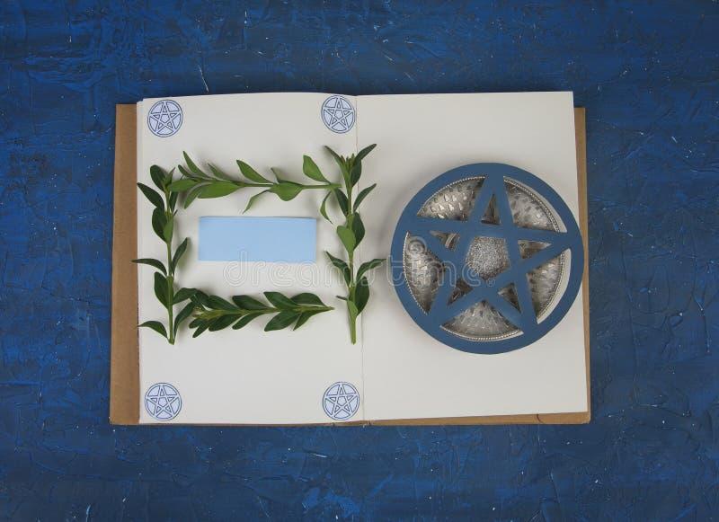 Βιβλίο Wiccan των σκιών έτοιμων να θυμηθούν το τελετουργικό στοκ εικόνα