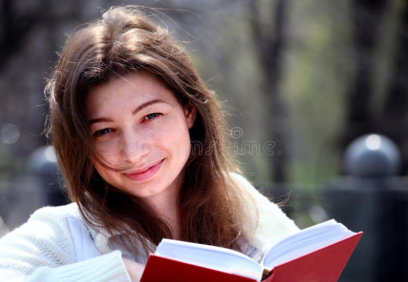 βιβλίων χαμογελώντας γυ στοκ εικόνες