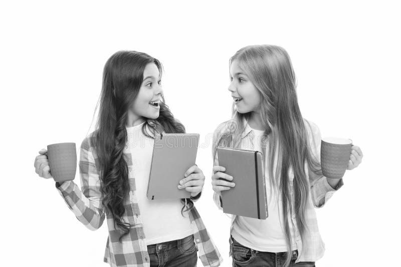 Βιβλιαράκι Ποια είναι η αγαπημένη σας ιστορία Δεν υπάρχει φίλος τόσο πιστός όσο το βιβλίο Κορίτσι κρατά ένα φλιτζάνι τσάι και βιβ στοκ εικόνες με δικαίωμα ελεύθερης χρήσης